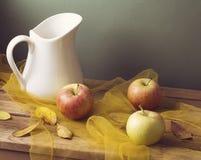 Осени жизнь все еще с листьями и яблоками Стоковое Изображение RF