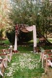 Осеннее украшение аркы свадьбы роз, яблок, виноградины и pomergranate Стоковое Изображение RF