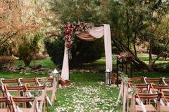 Осеннее украшение аркы свадьбы роз, яблок, виноградины и pomergranate Стоковые Изображения RF