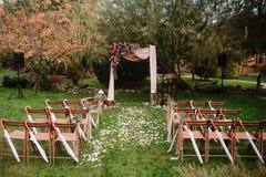 Осеннее украшение аркы свадьбы роз, яблок, виноградины и pomergranate Стоковые Фото