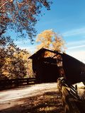 Осенний взгляд крытого моста Benetka - Ashtabula - ОГАЙО стоковые изображения rf
