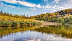 Осенний взгляд над озером Стоковое Изображение RF