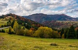 Осенний пейзаж в прикарпатских горах Стоковые Изображения RF