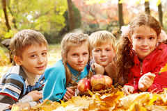 осенний радостный лежать листьев малышей Стоковые Изображения