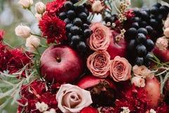 Осенний состав свадьбы роз, яблок, виноградины и pomergranate Стоковое Изображение RF