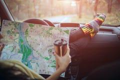 Осень, автоматическое перемещение Cose-up кофе чашки взятия женщины выпивая отсутствующего во время поездки в автомобиле Проверки Стоковое Фото