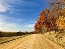 Осень вдоль длинной длинной дороги River Valley Стоковое Фото