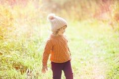 Осень внешняя, девушка малыша идя в поле, усмехаясь Стоковые Изображения RF
