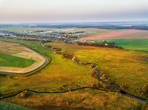 Осень выравнивая сельский вид с воздуха с рекой, заводью, ручейком, vill стоковое изображение rf