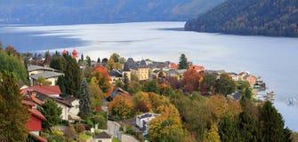 Осень в высокогорном городке Millstatt am видит, расположенный на берег озера Millstatt Австралии Стоковые Фотографии RF