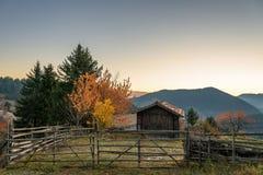 Осень в горах Rhodope, Болгария над красивейшими облаками птиц цветы раньше летают море подъемов отражения природы утра золота пр стоковое изображение rf
