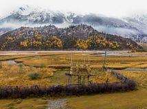 Осень в гористой местности, Тибете, Китае стоковые фото