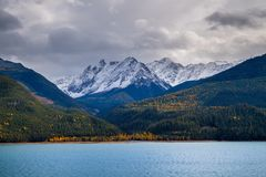 Осень в канадских скалистых горах с озером Kinbasket в foregr стоковые фотографии rf