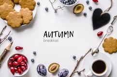Осень завтрака Печенья с кофе, плодоовощ и ягодами на белой предпосылке Стоковая Фотография