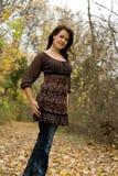 осень идет детеныши женщины прогулки стоковое изображение
