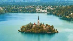 Осень или сезон падения в кровоточенном озере стоковые фотографии rf