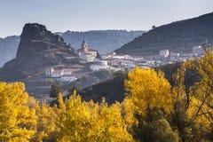 Осень красит окружать малую деревню стоковое фото rf