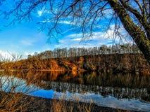 Осень красит отражение над рекой стоковая фотография