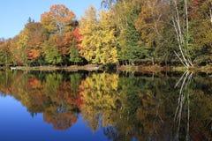 Осень красит отражения на озере, Квебеке Стоковое фото RF