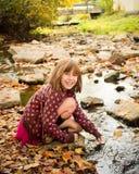 осень наслаждаясь детенышами девушки Стоковые Фотографии RF