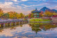 Осень на дворце Gyeongbokgung в Сеуле, Корее Стоковое фото RF
