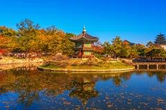 Осень на дворце Gyeongbokgung в Сеуле, Корее Стоковое Изображение RF