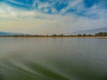 Осень на озере Kerkini - воде, небе и холмах одетых в тумане - фантазия нежных цветов Северная Греция стоковые фотографии rf