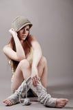 осень одевает детенышей модели сидя Стоковая Фотография