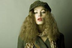 осень одевает зиму девушки стоковая фотография