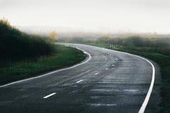 Осень дороги в тумане Стоковая Фотография