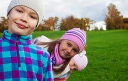 Осень потехи с друзьями стоковая фотография