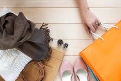 Осень приезжает, рука ` s женщины держа хозяйственные сумки с ультрамодным c Стоковая Фотография
