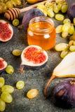 Осень приносить смоквы, груши, виноградины с медом Стоковая Фотография RF