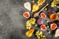 Осень приносить смоквы, груши, виноградины с медом Стоковое Фото