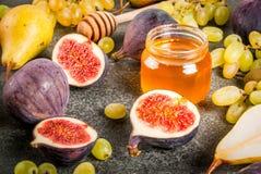 Осень приносить смоквы, груши, виноградины с медом Стоковое Изображение RF