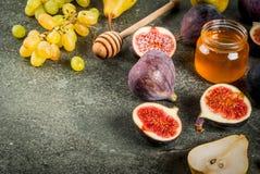 Осень приносить смоквы, груши, виноградины с медом Стоковое фото RF