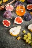 Осень приносить смоквы, груши, виноградины с медом Стоковые Фото