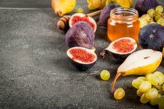 Осень приносить смоквы, груши, виноградины с медом Стоковые Изображения