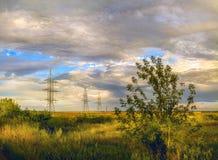 Осень приходит, конец взгляда в августе золотого луга России и поле под великолепным облачным небом стоковая фотография