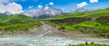 осень раньше сделала изображением гор горы приполюсный поток Стоковая Фотография RF