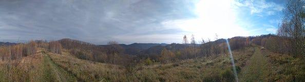 Осень солнечного дня недавно в горах стоковое фото
