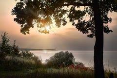 Осень утеха, или тоскливость? Лучи заходящего солнца над Рекой Волга Россией Стоковое Изображение