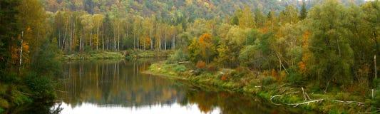 осень цветастое River Valley Стоковое Изображение RF