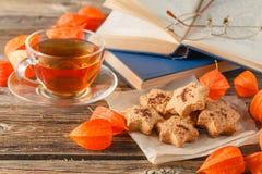 Осень чашка чаю и печенья в форме листьев Стоковые Фотографии RF