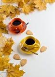 Осень 2 чашки кофе и печенья в форме разрешения Стоковое фото RF