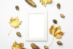 осень яблока миражирует листья состава сухие sacking ваза Рамка сделанная из листьев осени золотых на свете - серой предпосылке П стоковое изображение
