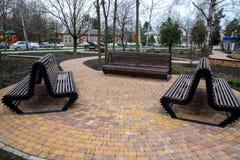 осень benches пейзаж парка Плитка тротуара в парке Инфраструктура отдыха в парке Стоковые Изображения RF