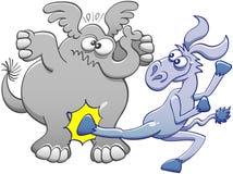 Осел пиная слона Стоковое Изображение