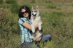 Осиплый щенок с предпринимателем Стоковое Фото