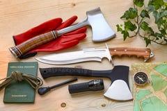 Оси, нож, компас, стартер огня и инструменты для перемещения, приключения иллюстрация штока